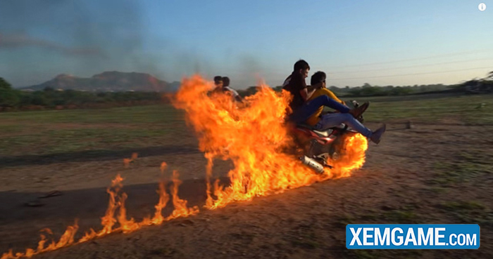 Bắt chước Ghost Rider, hai Youtuber người Ấn tự tẩm xăng lên xe, thực hiện màn trình diễn nguy hiểm để rồi nhận muôn vàn chỉ trích - Ảnh 4.