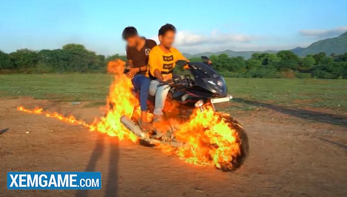 Bắt chước Ghost Rider, hai Youtuber người Ấn tự tẩm xăng lên xe, thực hiện màn trình diễn nguy hiểm để rồi nhận muôn vàn chỉ trích - Ảnh 5.