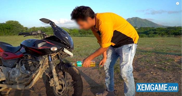 Bắt chước Ghost Rider, hai Youtuber người Ấn tự tẩm xăng lên xe, thực hiện màn trình diễn nguy hiểm để rồi nhận muôn vàn chỉ trích - Ảnh 3.