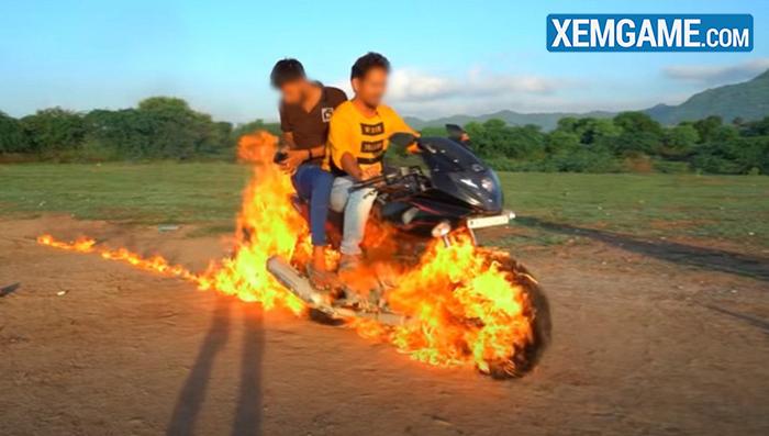 Bắt chước Ghost Rider, hai Youtuber người Ấn tự tẩm xăng lên xe, thực hiện màn trình diễn nguy hiểm để rồi nhận muôn vàn chỉ trích - Ảnh 1.
