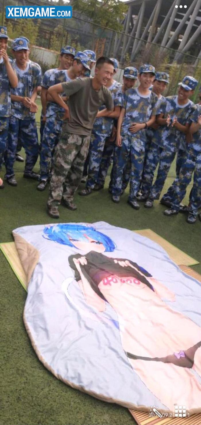 Phì cười với màn dạy xếp nội vụ bằng tấm chăn waifu Rem trong tiết học quân sự