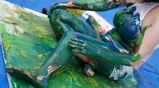 Làm content vẽ tranh bằng ngực, cô nàng hot girl kiếm cả trăm triệu một bức!!!